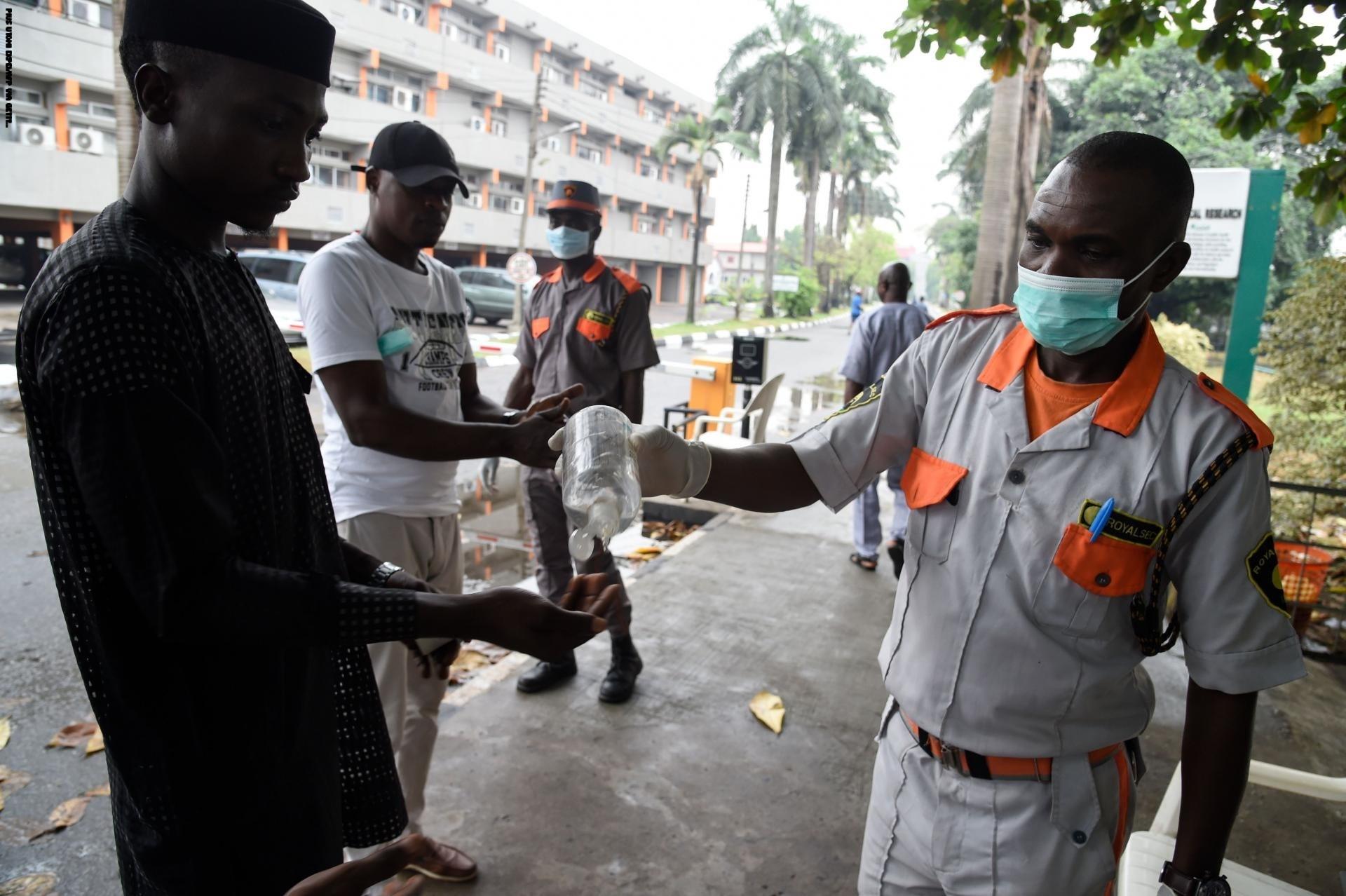 الرئيس النيجيري يفرض عزل عام على لاغوس بؤرة تفشي كورونا