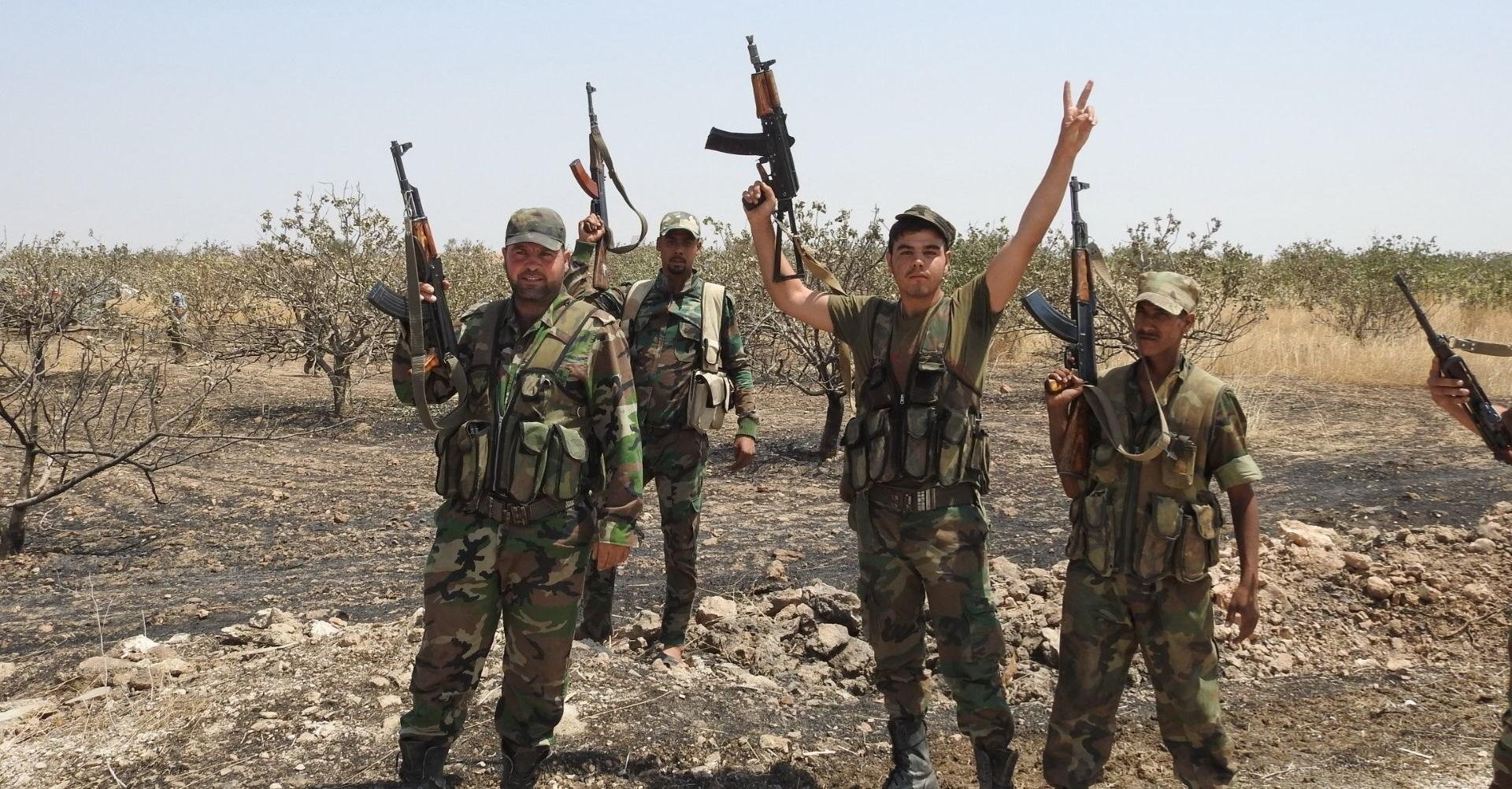 عناصر من الجيش السوري وأهالي قرية الكوزلية يعترضون رتلاً أميركياً