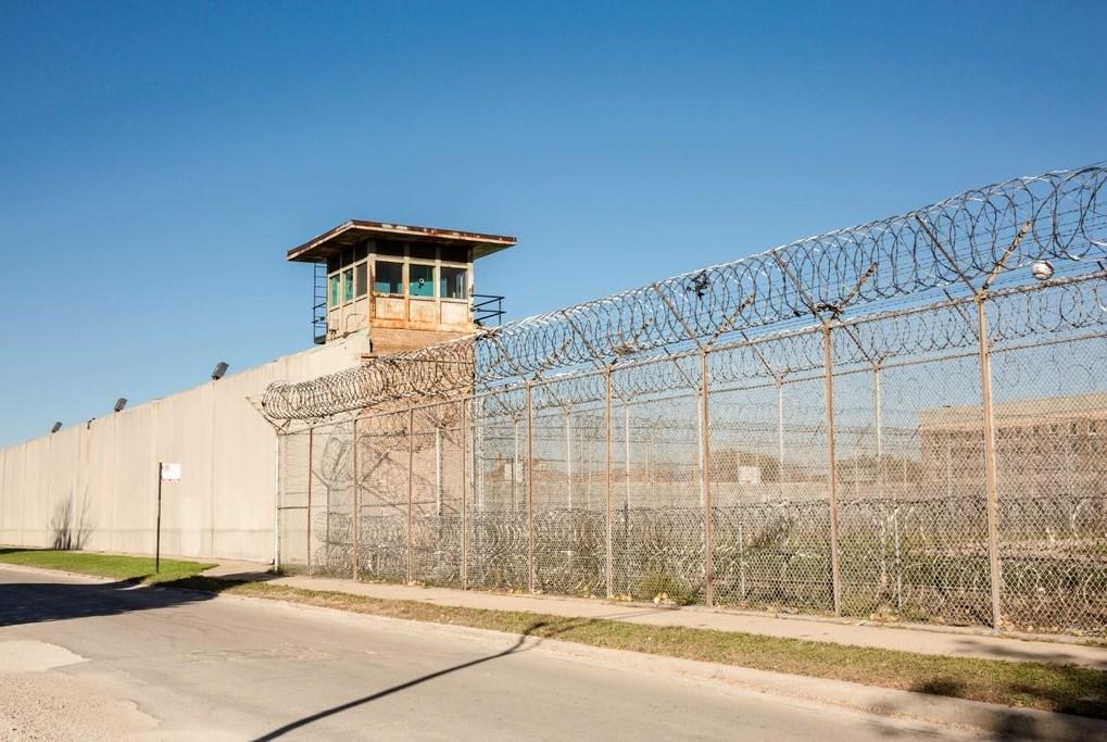 """""""نيويورك تايمز"""": إطلاق سراح الآلاف إثر انتشار """"كورونا"""" في السجون الأميركية"""