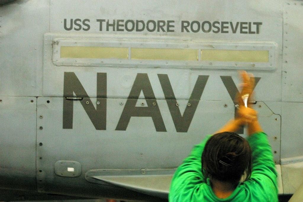 """إجلاء آلاف البحارة الأميركيين لحاملة الطائرات """"روزفلت"""" بعد تفشي كورونا"""