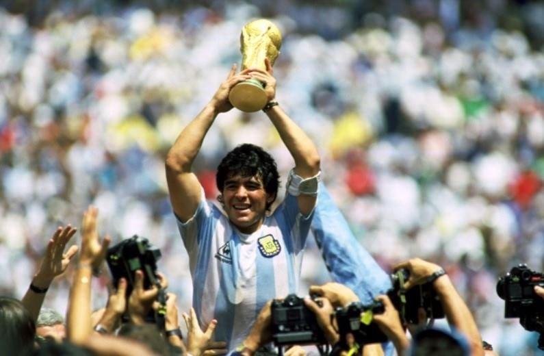 """الأرجنتين تحارب """"كورونا"""" عبر تمثال مارادونا!"""