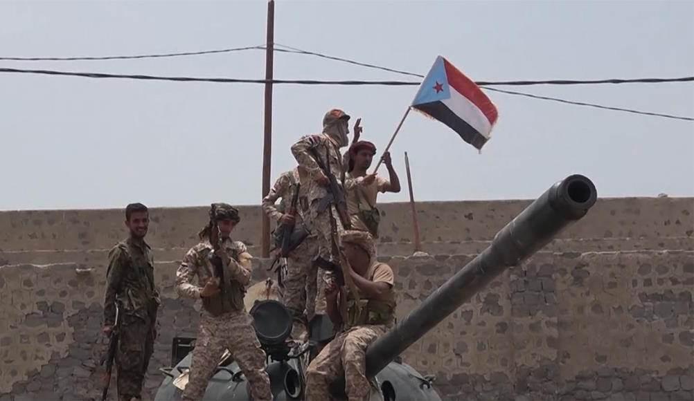 """قيادي في """"الانتقالي"""": """"التحالف"""" يرعى لقاءً مع قوات هادي لإنهاء التوتر"""