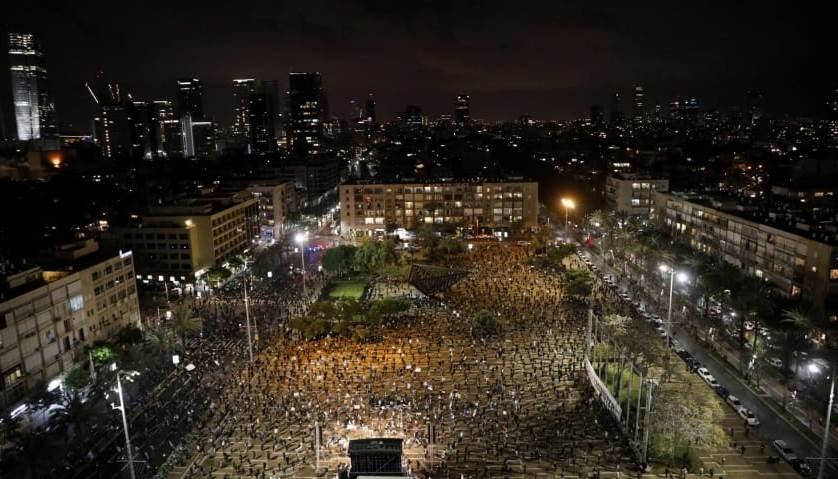"""""""هآرتس"""": اتفاق نتنياهو – غانتس يدمّر الكنيست والآلاف يتظاهرون"""