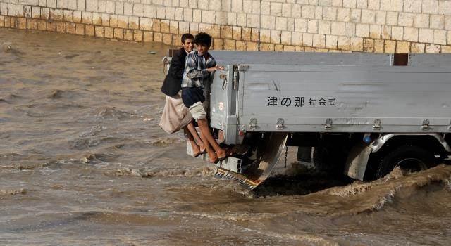 """""""مأساة لا تنتهي"""".. خسائر بشرية وأضرار في البنى التحتية جراء السيول في اليمن"""