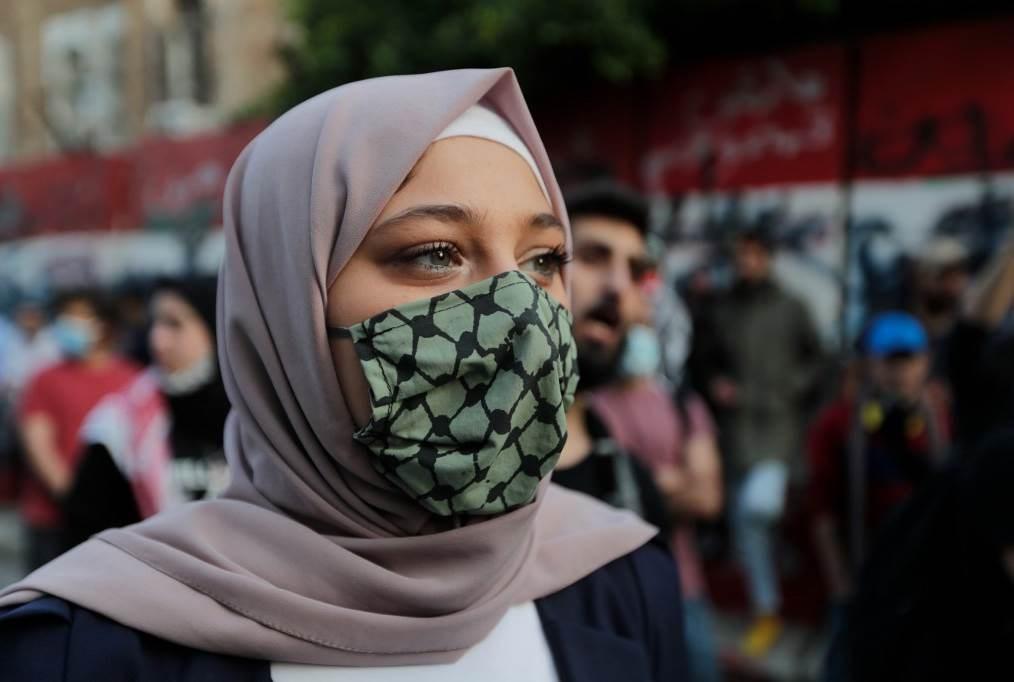 محتجون يقطعون طرقاً في مناطق لبنانية وسْط انقسام سياسي حاد