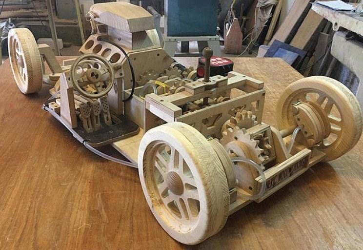 مع محركها .. شاب يصنع  سيارة خشبية! (فيديو)