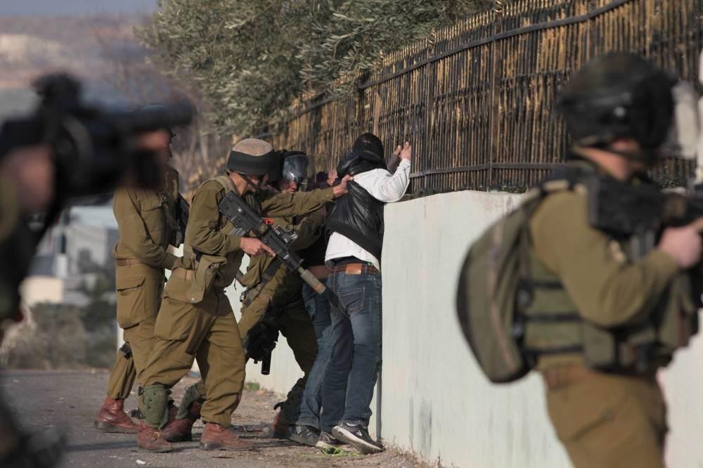 الاحتلال يعتقل 5 شبان من العيسوية ويهدم بركسين في بيت لحم