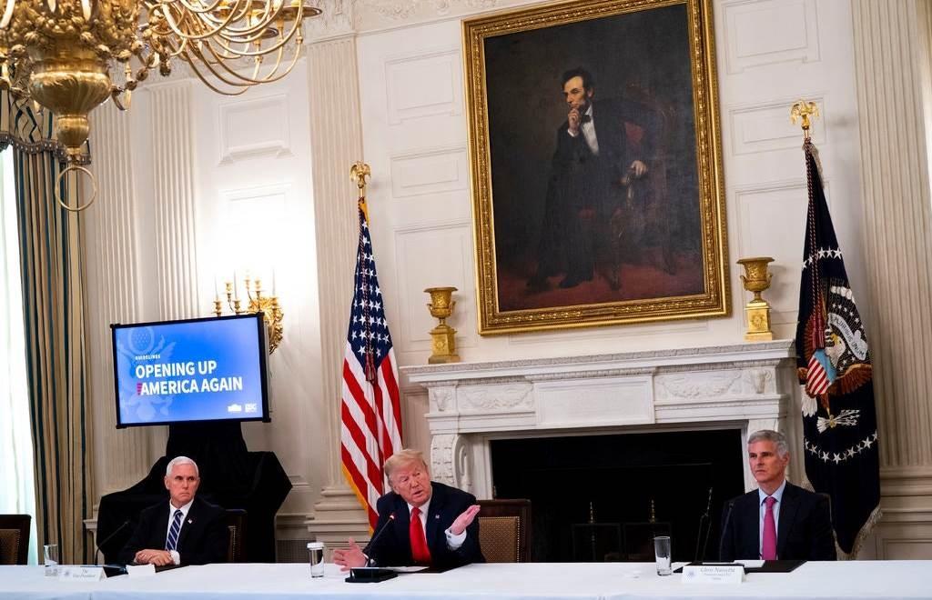 ترامب وفاوتشي خلال إحاطتهما اليومية بشأن أزمة وباء كورونا.