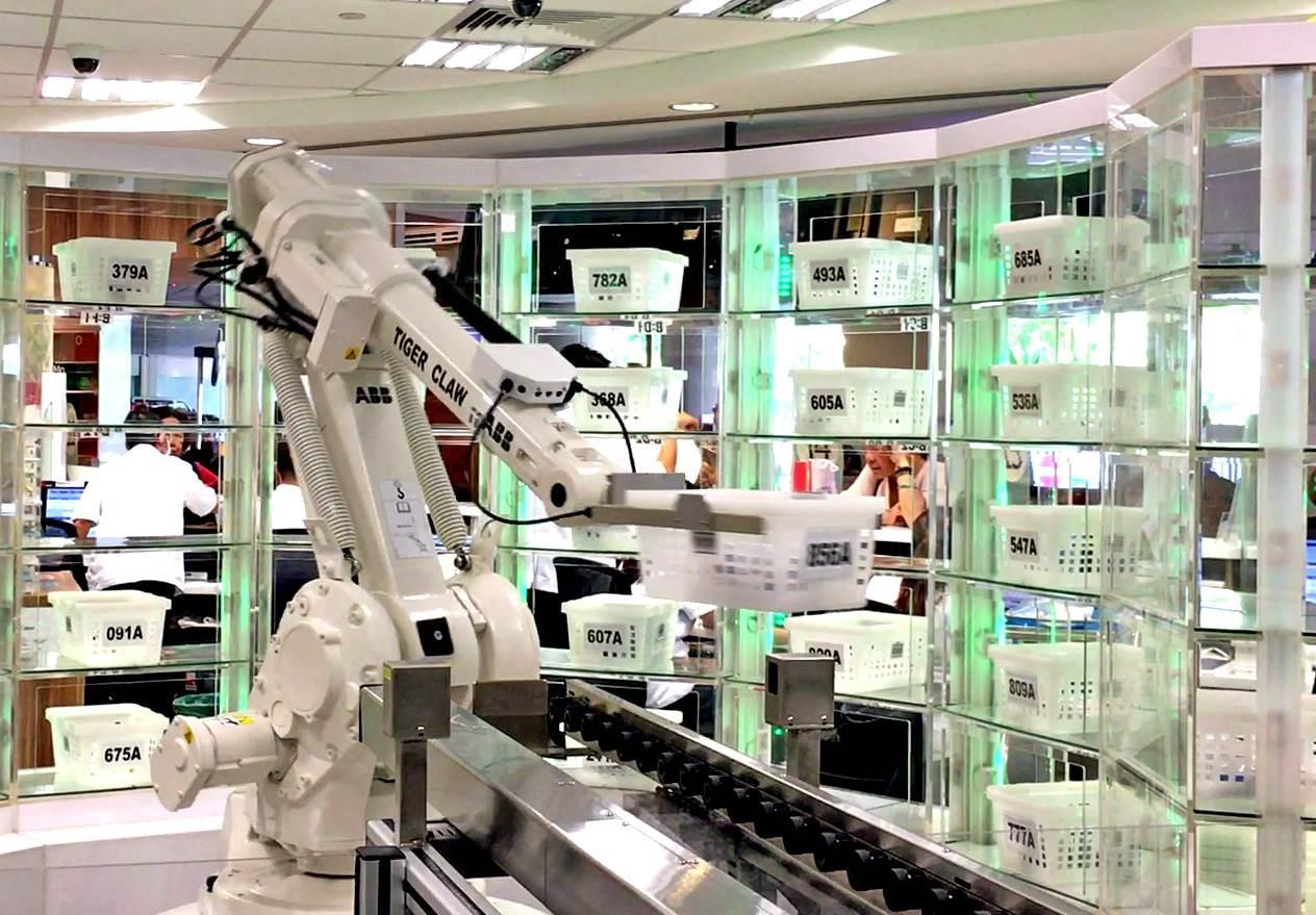 """للحد من كورونا..""""روبوت"""" آلي في صيدلية !"""