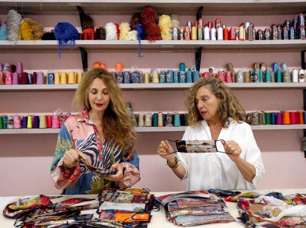 كمامات لبنانية ملونة ترسم البسمة: ربحها للممرضات