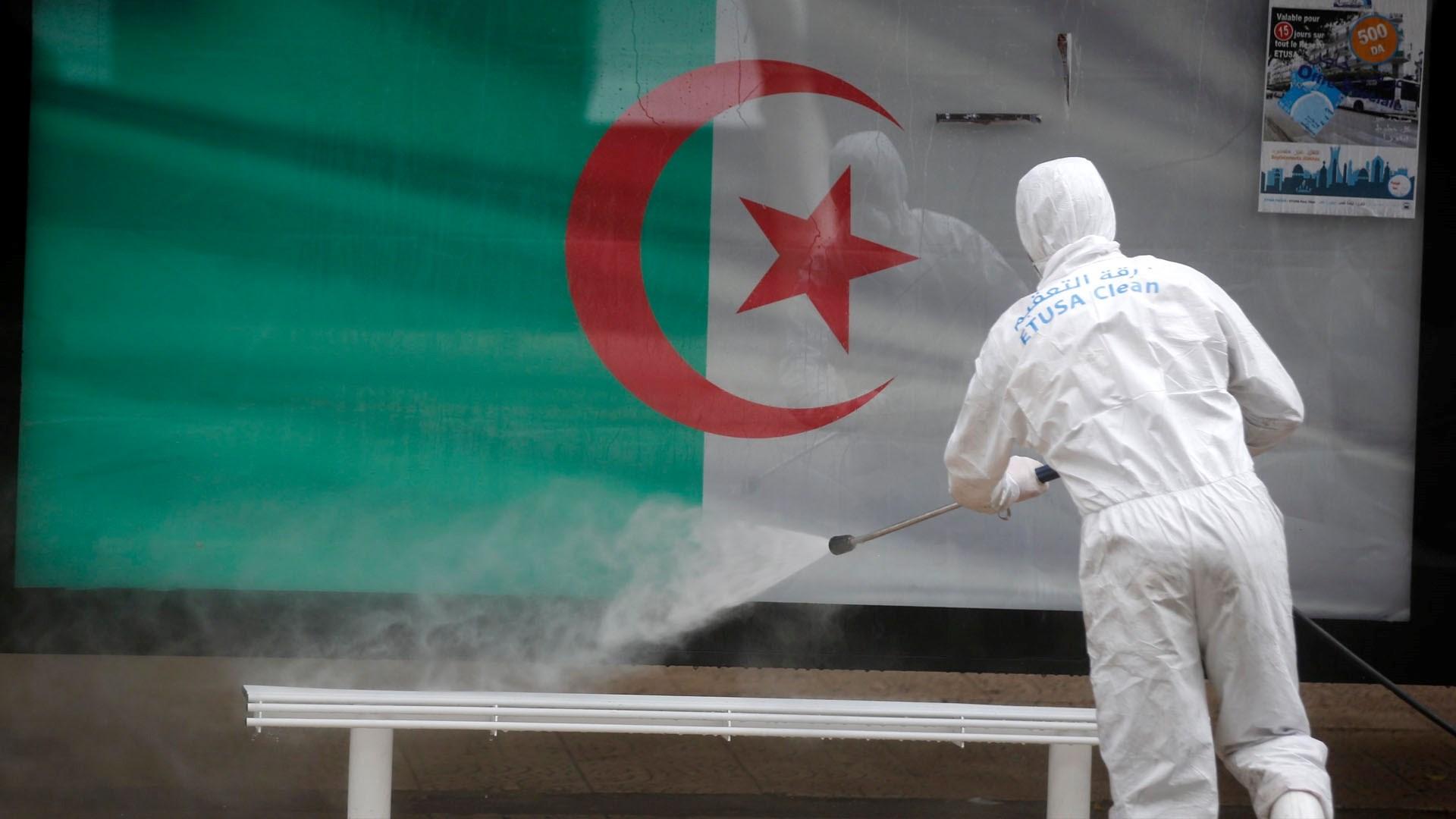 الجزائر تمدد العمل بقيود فيروس كورونا 15 يوماً