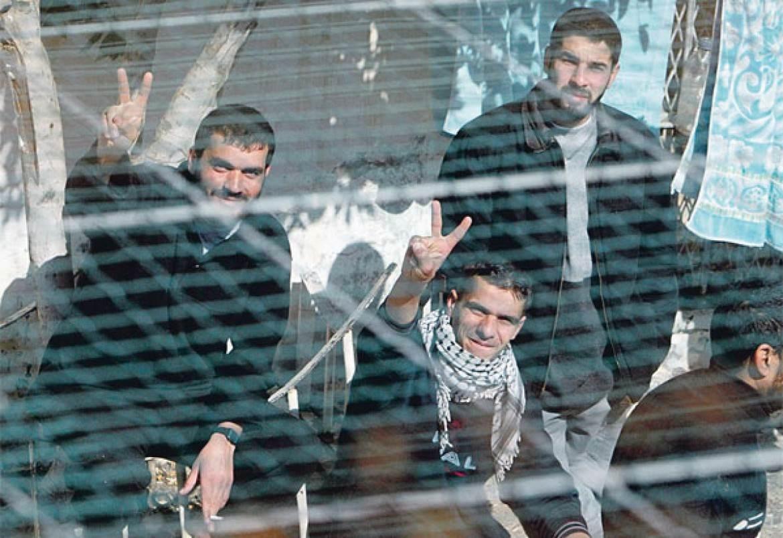 3 أسرى يدخلون أعواماً جديدة داخل سجون الاحتلال