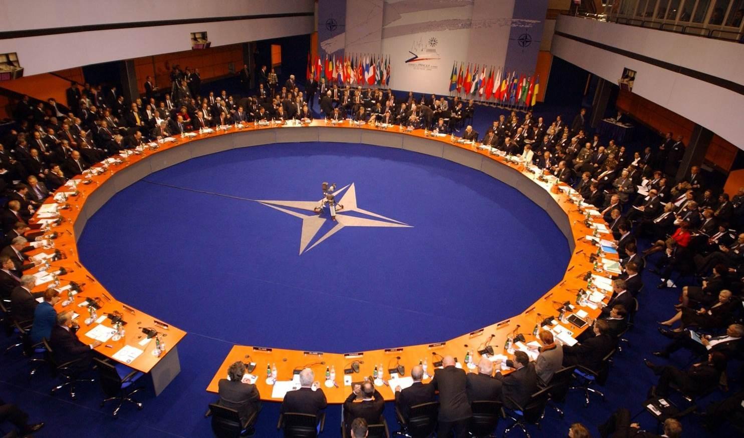 """""""الناتو"""": روسيا والصين تنشران الكثير من المعلومات المضللة عن كورونا"""