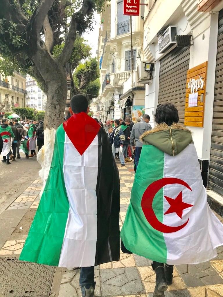 """من """"فلسطين الشهداء"""" إلى راية فيغولي.. هكذا يناصر الشعب الجزائري القدس"""