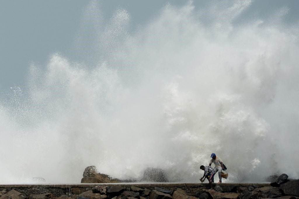 """الهند وبنغلادش تواجهان """"كوفيد-19"""" وإعصاراً مدمراً"""