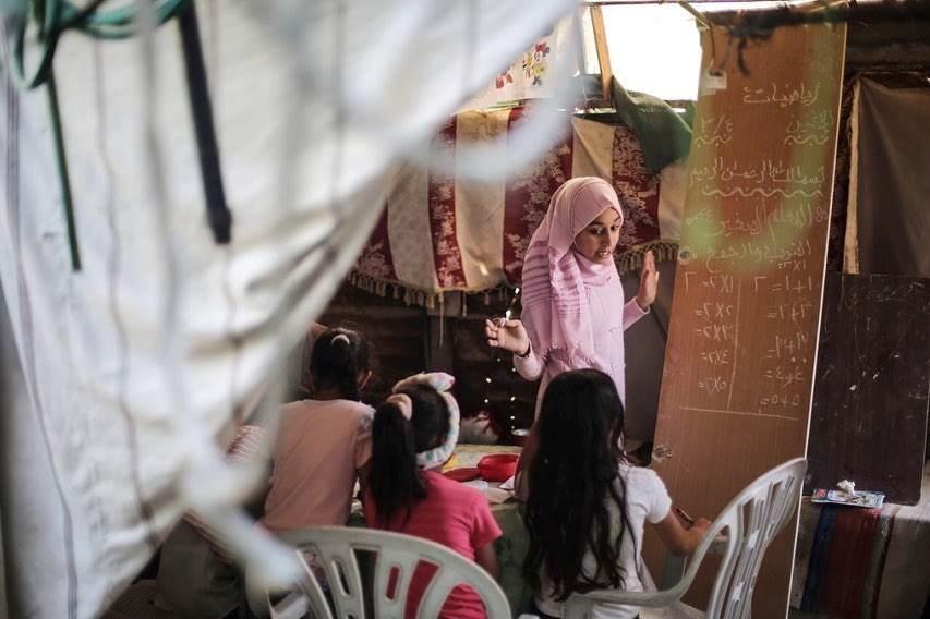 تلميذة في غزة تعلم أطفال الحي خلال إغلاق المدارس