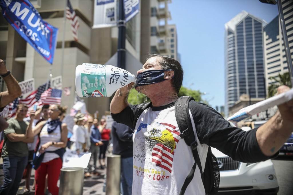 تظاهرات  في كاليفورنيا تطالب برفع الحجر