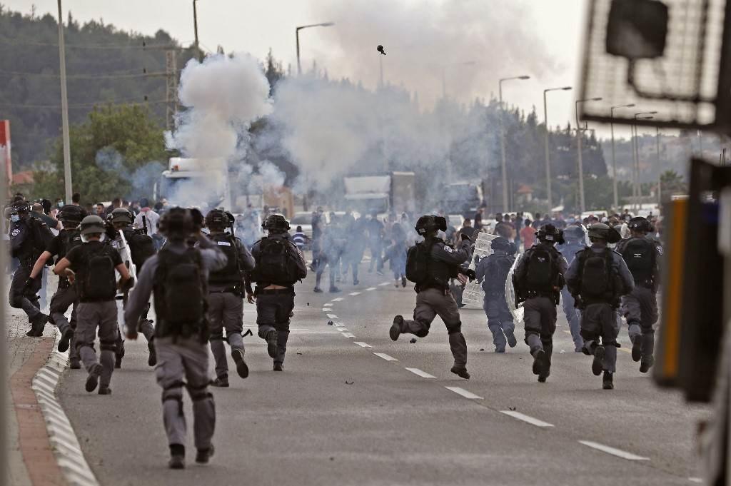 الاحتلال الإسرائيلي يعتقل عدداً من الشبان الفلسطينيين