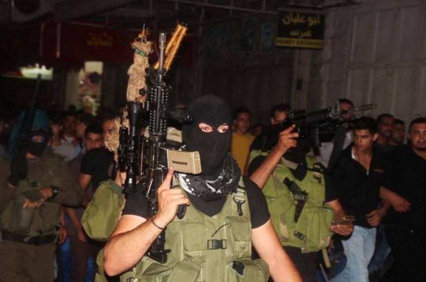 """تأييداً لوقف التنسيق الأمني.. ظهور مسلح لناشطين من """"فتح"""" في الضفة"""