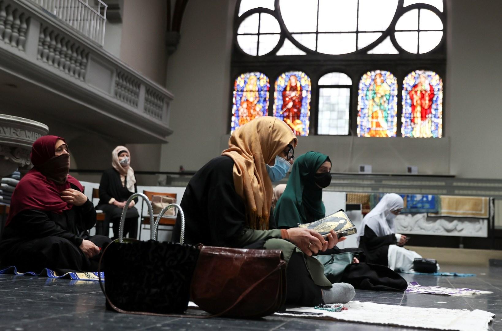 فيروس كورونا يجمع المصلين المسلمين في كنيسة ببرلين