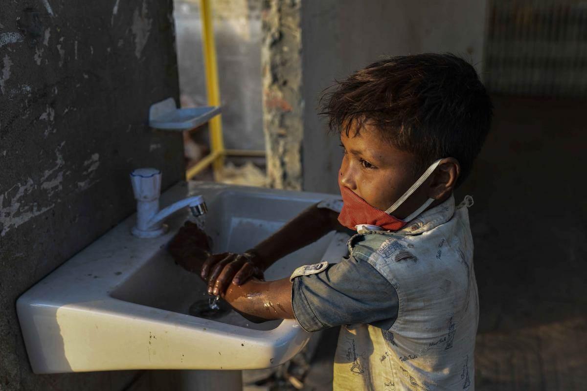 """أزمة كورونا تنذر بمستقبل """"هشّ"""" لحقوق الأطفال حول العالم"""