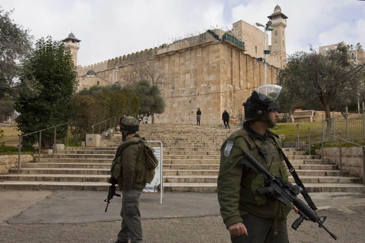 الاحتلال يمنع الفلسطينيين من الصلاة في الحرم الإبراهيمي