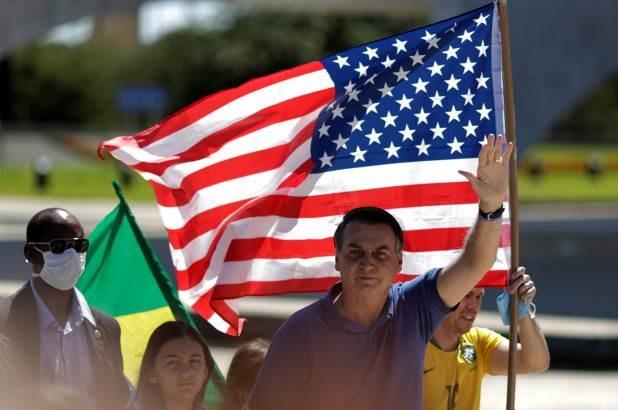 مع العلمين الأميركي والإسرائيلي.. بولسونارو يقود تظاهرة رافضة للعزل