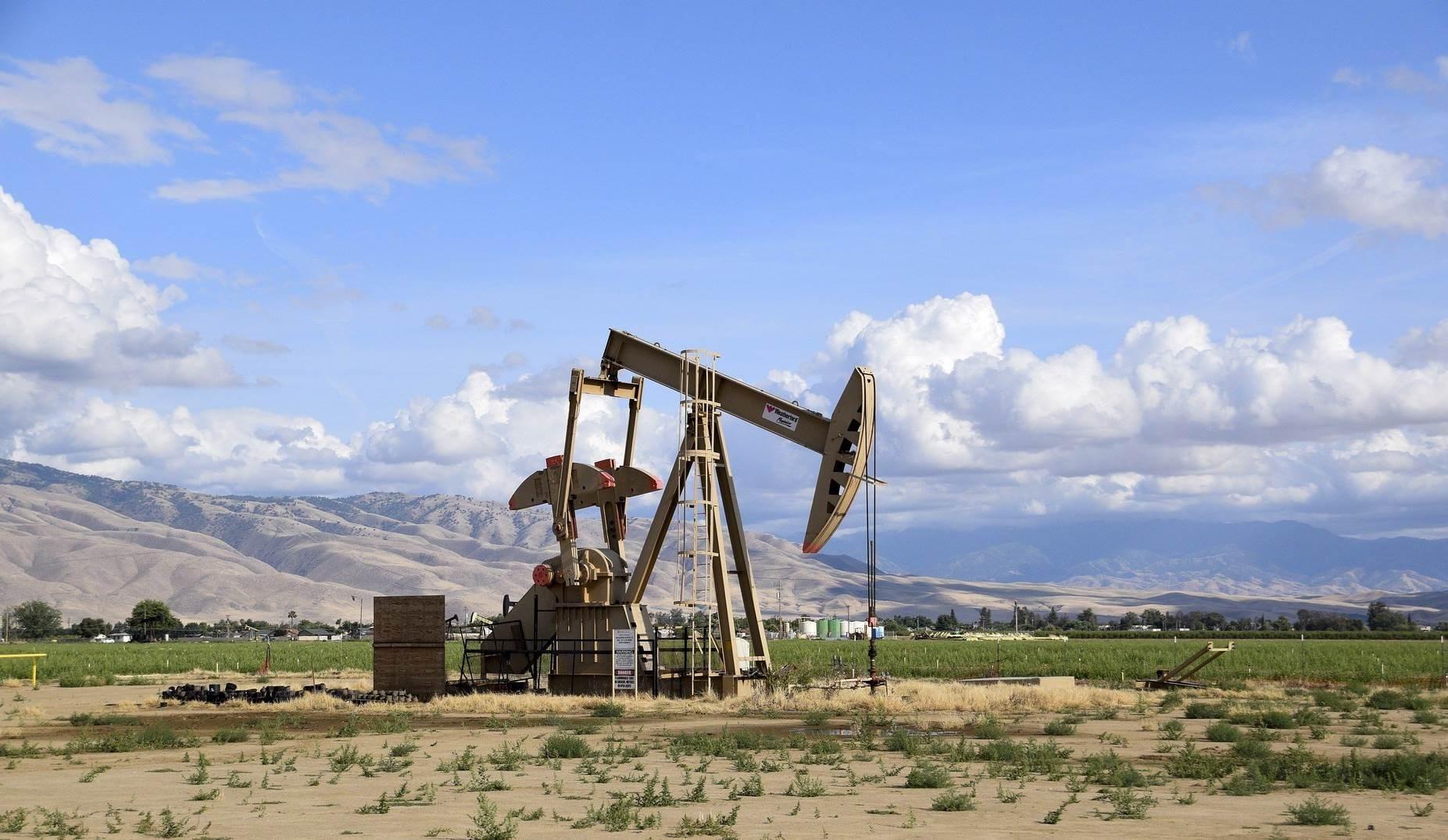 أسعار النفط تقفز بفعل آمال تخفيف إجراءات العزل