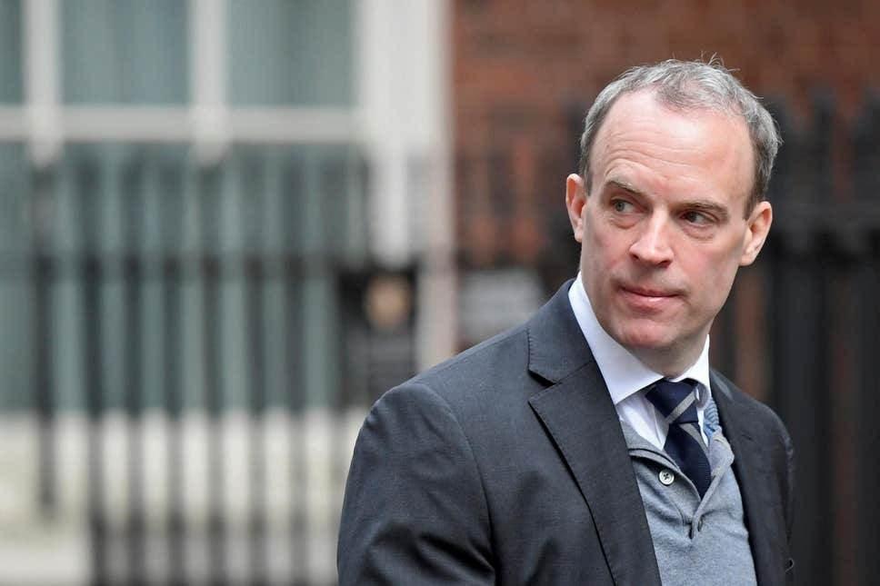 الحكومة البريطانية تدافع عن عودة كرة القدم