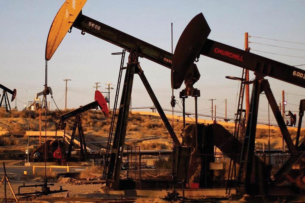 النفط يصعد في ثاني مكسب أسبوعي بعد تخفيض الإنتاج وآمال الطلب