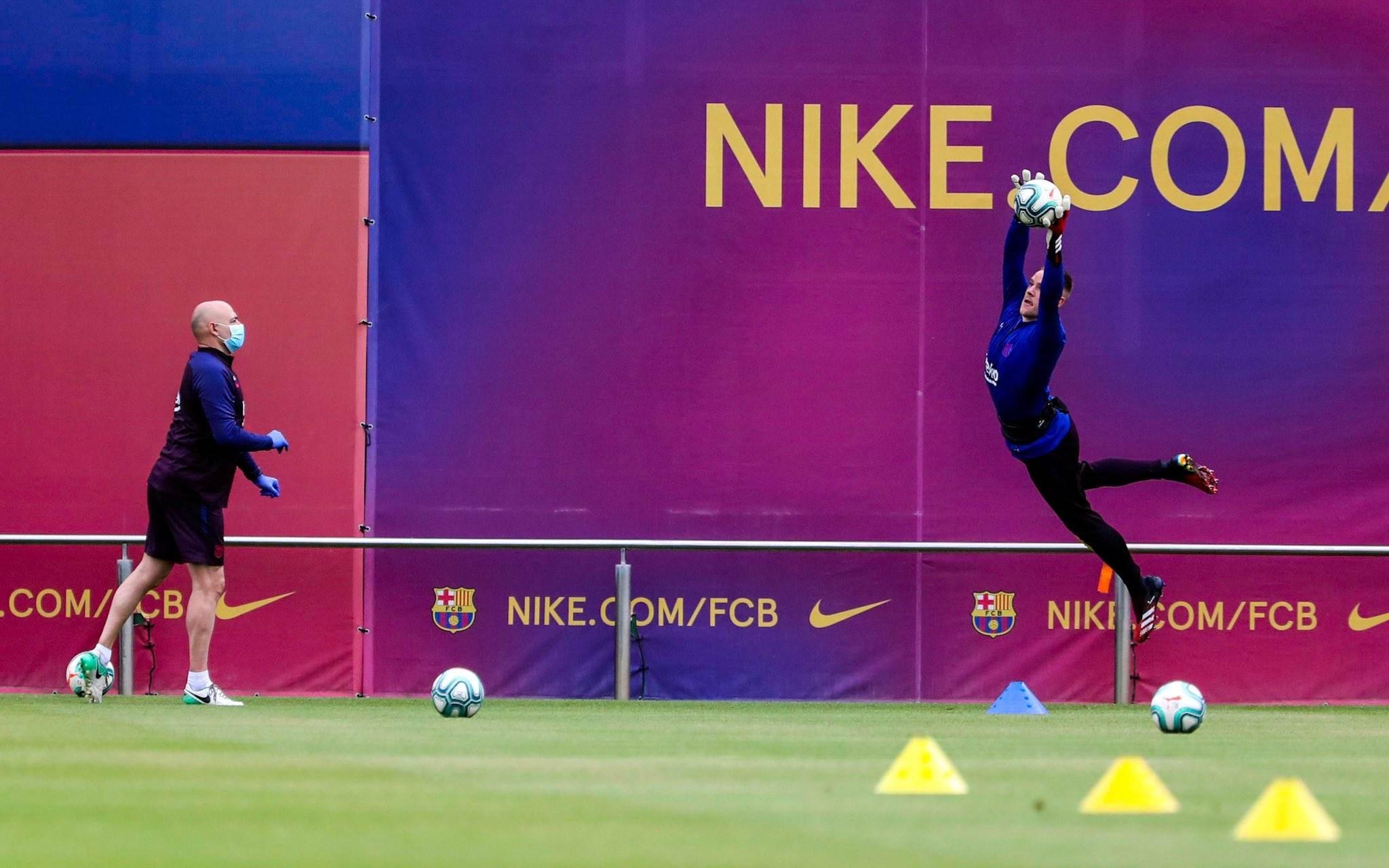 برشلونة يستكمل تدريباته ويعلن إصابة أومتيتي!