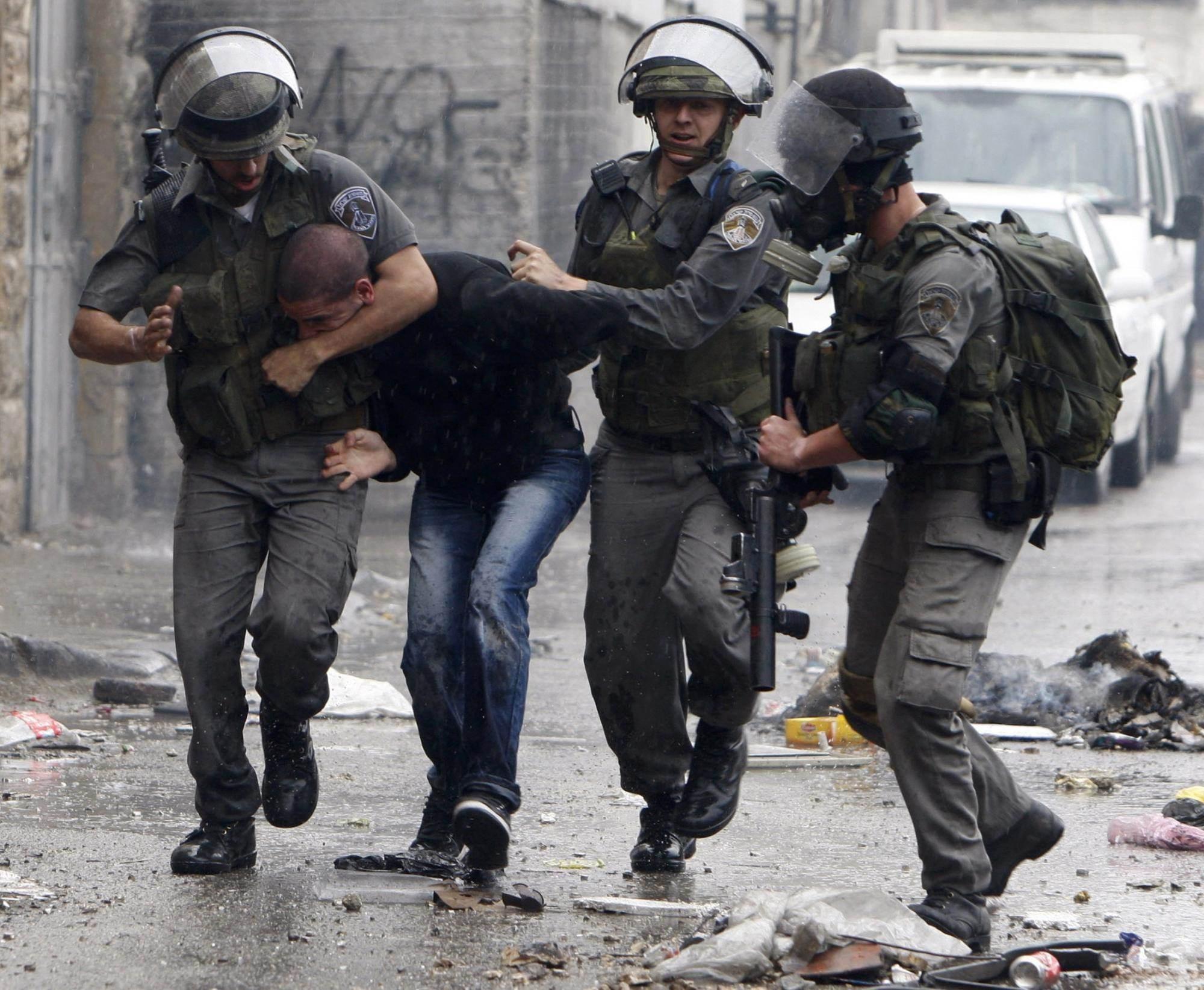 قوات الاحتلال تداهم وتعتقل عدداً من الفلسطينيين في الضفة الغربية
