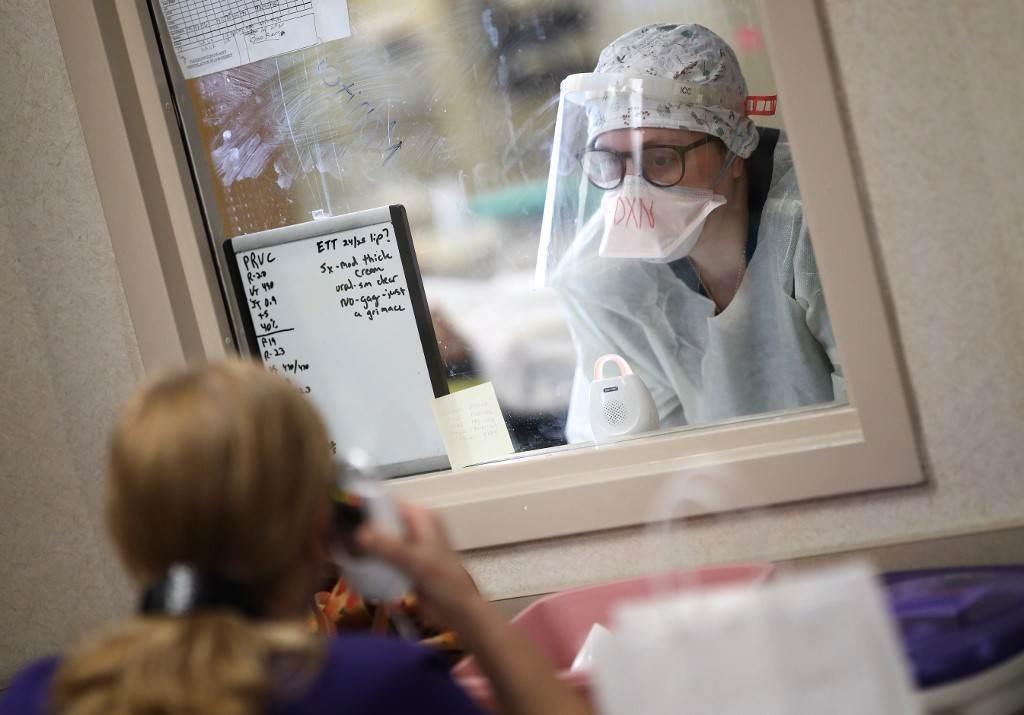 كيف سرق فيروس كورونا أكثر طرق التواصل تأثيراً بين البشر؟