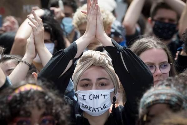 عشرات الآلاف يشاركون باحتجاجات ضد العنصرية في باريس ولندن