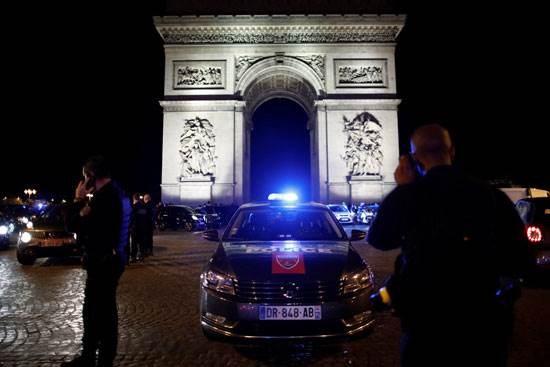 الشرطة الفرنسية تحتشد عند قوس النصر بباريس ضد الحكومة
