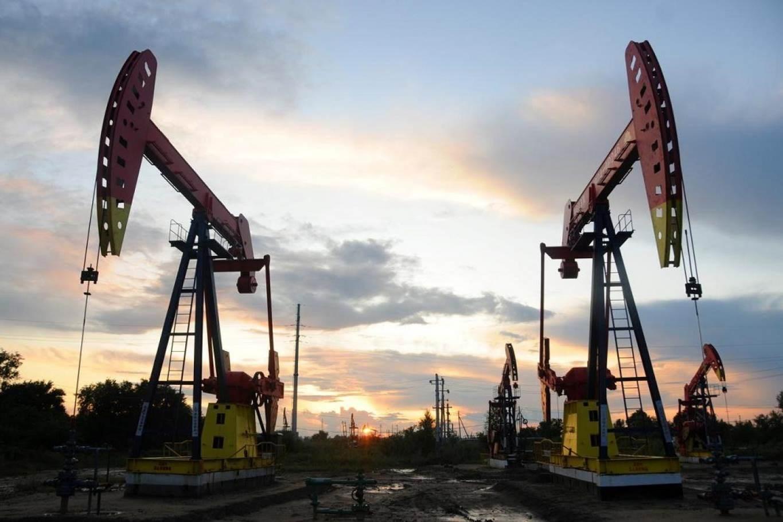 """إنتاج النفط الأميركي يسجّل انخفاضاً قياسياً.. وروسيا: السعر الحالي """"مناسب"""""""