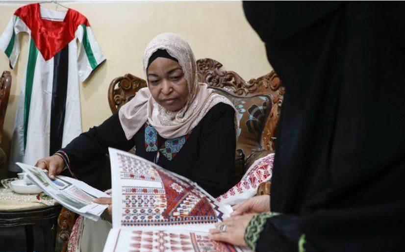 فلسطينيات يحافظن على تراث بلادهن.. بالحياكة
