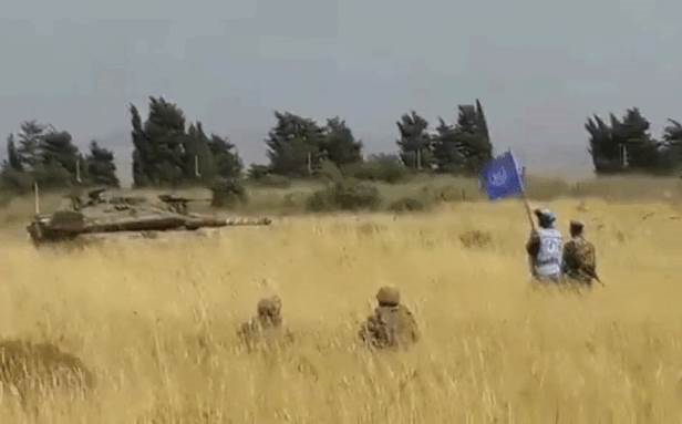 """مزودة بالـ """"أر بي جي""""... عناصر من الجيش اللبناني تراقب دبابتين إسرائيليتين"""