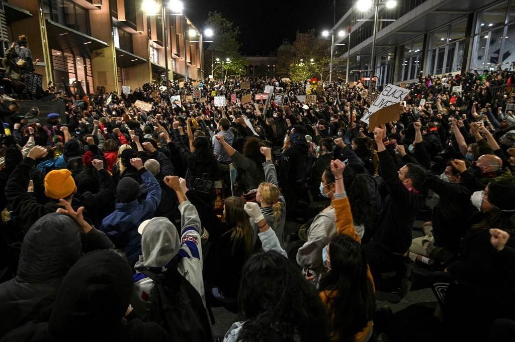 تفريق المتظاهرين بالقوة قرب البيت الأبيض والهتافات تطالب برحيل ترامب
