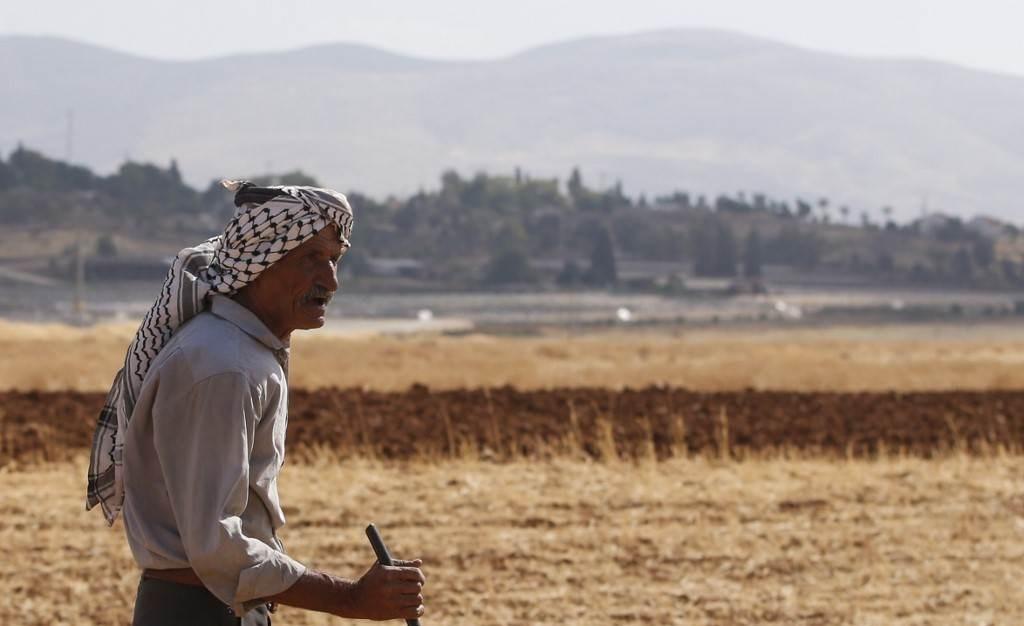 راعي فلسطيني يسير في منطقة عتوف بالقرب من مستوطنة باكوت في وادي الأردن (أ ف ب).