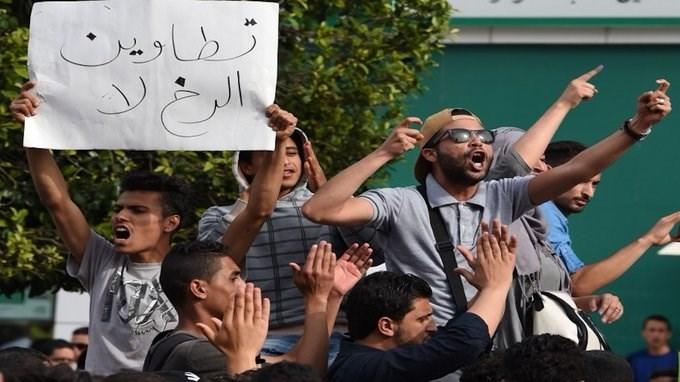 قوات الأمن التونسية القت الغاز المسيل للدموع على المحتجين واعتقلت 10 اشخاص