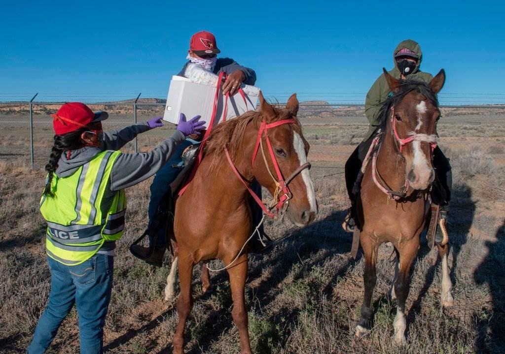 توزيع الإمدادات في بلدة كسميرو في قبيلة نافاجو نيشن الهندية الأميركية الشهر الماضي.