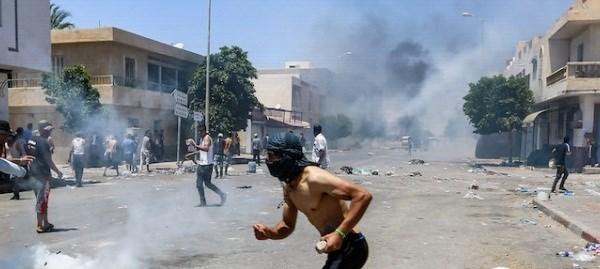 الشرطة التونسية ألقت القنابل المسيلة للدمع لتفريق المتظاهرين في تطاوين
