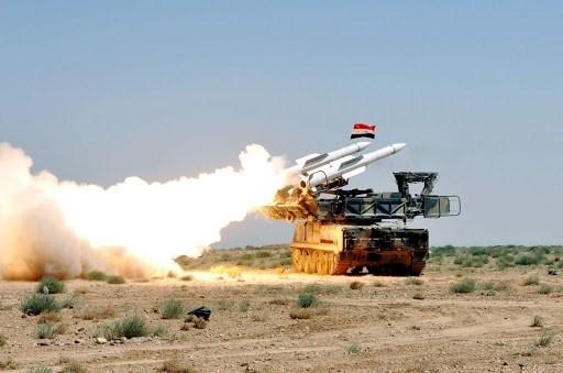 الاعتداء الذي تصدت له الدفاعات الجوية السورية استهدف مواقع في ريفي السويداء ودير الزور