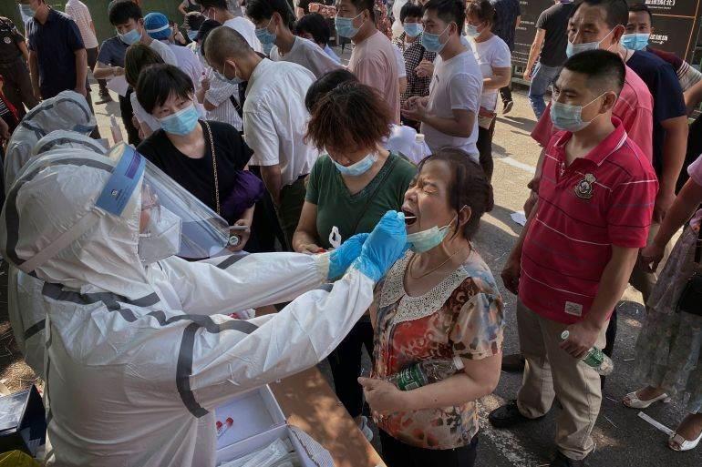 تشهد بكين تفشياً جديداً مرتبطاً بسوق لبيع المواد الغذائية بالجملة أصيب خلاله أكثر من 250 شخصاً