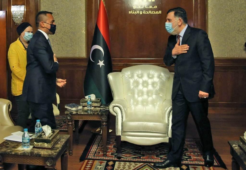 السراج يستقبل وزير الخارجية الإيطالي لويجي دي مايو في اجتماع في العاصمة الليبية (أ ف ب).