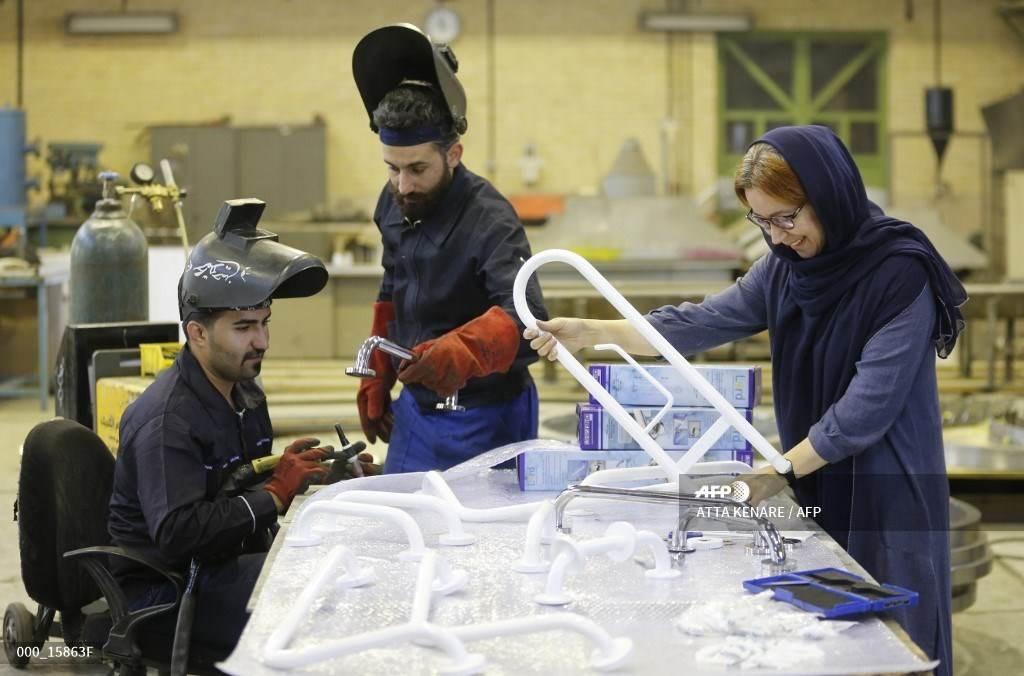 شركة هندسة إيرانية في حي شهريار في طهران (أ ف ب).
