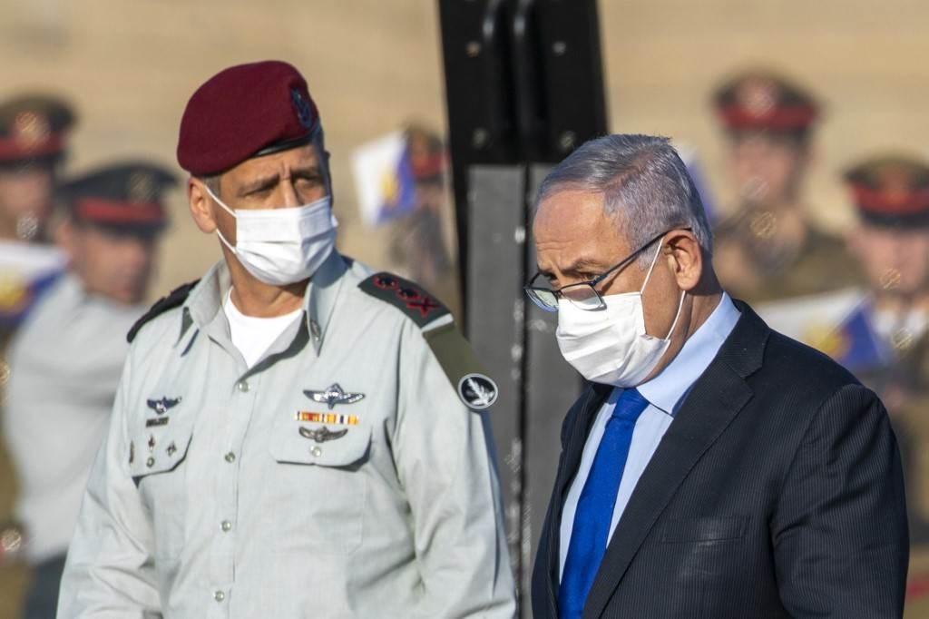 رئيس الوزراء الإسرائيلي بنيامين نتنياهو يرتدي قناعاً بسبب انتشار فيروس كورونا (أ ف ب).