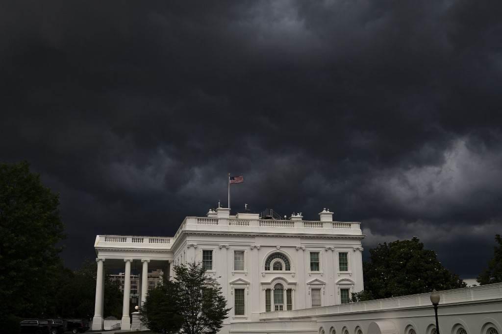 غيوم كثيفة فوق البيت الأبيض في واشنطن أمس الخميس (أ.ف.ب)