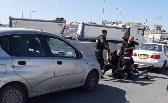 مراسل الميادين: الجنديين الإسرائيليين جرحا جراء التدافع والركض عند حاجز قلنديا